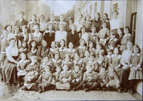 1916 09 Scoil Ite opens Aloys (2nd row, 2nd left). Misses MacSwiney (left) Miss Cassily (right)