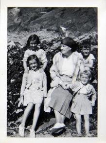 1952 Anne, Tilly, Maeve, Neil, Ruth Fleischmann Gráig